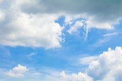 ciel bleu vif avec l'art foncé de nuage de la nature beau image libre de droits
