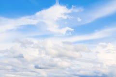 ciel bleu vif avec l'art foncé de nuage de la nature beau images libres de droits