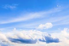 ciel bleu vif avec l'art foncé de nuage de la nature beau photos stock