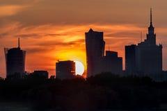 Ciel brûlant pendant le coucher du soleil au-dessus de Varsovie Photo libre de droits