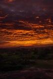 Ciel brûlant sur la terre d'herbe Images stock