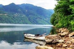 Ciel caché par lac de barrage d'Ayvacik dans Samsun, Turquie photos libres de droits