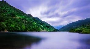 Ciel caché par lac de barrage d'Ayvacik dans Samsun, Turquie photographie stock