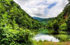 Ciel caché par lac de barrage d'Ayvacik dans Samsun, Turquie photos stock