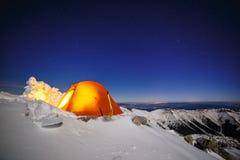 Ciel clair au-dessus de neige-camping dans Tatras Photographie stock