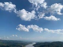 Ciel clair avec la belle longue rivière photo stock
