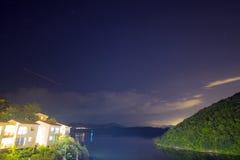 Ciel clair avec le montant considérable d'étoiles à un de fin de nuit Image libre de droits