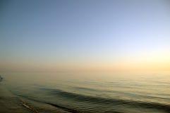 ciel clair calme de mer de soirée images libres de droits
