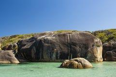 Ciel clair, eau bleue et roches dans l'Australie occidentale d'Albany Photos stock