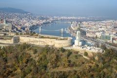 Ciel clair ensoleillé aérien de ciel bleu de Budapest Citadell photographie stock libre de droits
