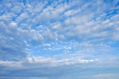 Ciel clairement bleu avec le nuage image stock
