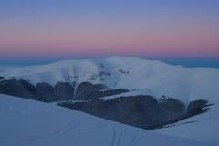 Ciel coloré au-dessus de montagne juste avant le lever de soleil Photo stock