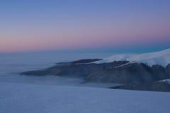 Ciel coloré au-dessus de montagne juste avant le lever de soleil Images stock