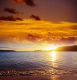 Ciel coloré au-dessus de plage de Mugoni au coucher du soleil photos libres de droits