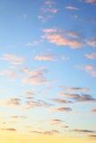 Ciel coloré avec des nuages images stock