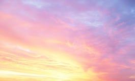 Ciel coloré avec des nuages au fond de coucher du soleil Images stock