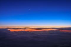 Ciel coloré crépusculaire de fenêtre d'avion Photos stock