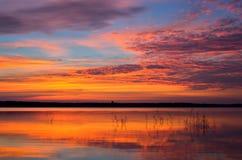 Ciel coloré d'aube au-dessus du lac Photographie stock libre de droits