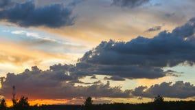 Ciel coloré de coucher du soleil avec les cumulus foncés photographie stock