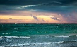 Ciel coloré de lever de soleil au-dessus de l'Océan Atlantique La république dominicaine Image stock