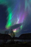 Ciel coloré de lumières du nord au-dessus de lac en Norvège Images libres de droits