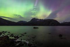 Ciel coloré de lumières du nord au-dessus de lac en Norvège Photographie stock libre de droits