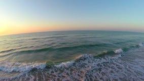 Ciel coloré de matin au-dessus d'antenne d'océan clips vidéos
