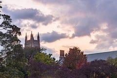 Ciel coloré dramatique à la couleur d'automne d'arbres de tour de château de coucher du soleil image libre de droits