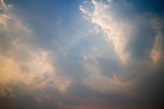 Ciel coloré pendant le coucher du soleil Photos stock