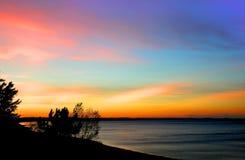 Ciel coloré sur le lac Photographie stock