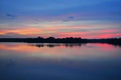 Ciel coloré de coucher du soleil au réservoir supérieur de Seletar Image stock