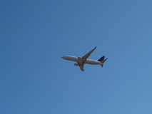 Ciel commercial de Jet Liner Climbing Into Blue photographie stock