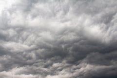 Ciel complètement des nuages de tempête image libre de droits