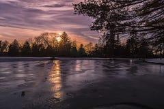 Ciel crépusculaire au-dessus du lac congelé ! Photos libres de droits