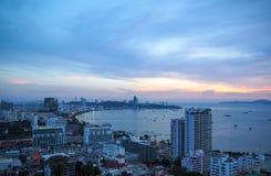 Ciel crépusculaire avec le paysage urbain de Pattaya Photos stock
