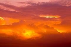 Ciel crépusculaire, coucher du soleil orange ardent Photo libre de droits