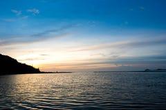 Ciel crépusculaire de Beautifu au coucher du soleil au-dessus du baach tropical calme de mer images stock