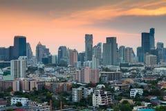 Ciel crépusculaire dramatique après coucher du soleil, ville de Bangkok Photo stock