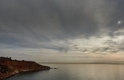 Ciel déprimé au-dessus de la mer Méditerranée en Dehesa de Campoamor Photographie stock