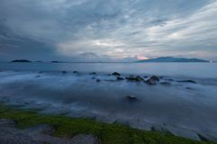Ciel déprimé Vietnam de lever de soleil de baie de Nha Trang Images stock