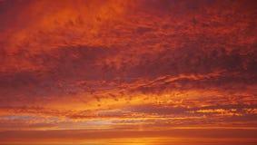 Ciel déprimé vif et rouge au coucher du soleil avec des nuages image stock