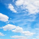 Ciel d'été avec les nuages blancs Photo libre de droits