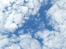 Ciel d'été et beau soleil dans le ciel bleu avec des nuages photos libres de droits