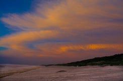 Ciel d'aube sur la plage Photographie stock libre de droits