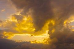 Ciel d'or avec des nuages Photographie stock libre de droits