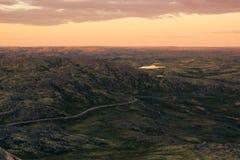Ciel d'or de lever de soleil au-dessus d'une vallée verte de montagne Images libres de droits