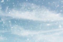 Ciel d'hiver de Milou avec la neige en baisse photographie stock libre de droits