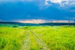 Ciel d'orage sous un pré d'été images libres de droits
