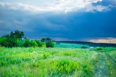 Ciel d'orage sous un pré d'été photo stock