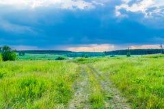 Ciel d'orage sous un pré d'été photographie stock